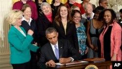 Obama mehnatkash ayollar davrasida ish joylaridagi jinsiy notenglikka qarshi qabul qilingan farmonga imzo chekmoqda, Vashington, 8-aprel, 2014-yil.