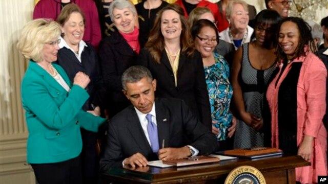 Las órdenes fueron firmadas por el presidente en una ceremonia en la Casa Blanca con activistas femeninas.