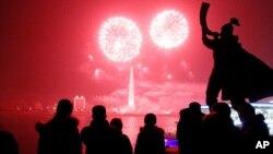 북한 평양 대동강변에서 2014년 새해를 맞아 1일 불꽃놀이가 벌어졌다.