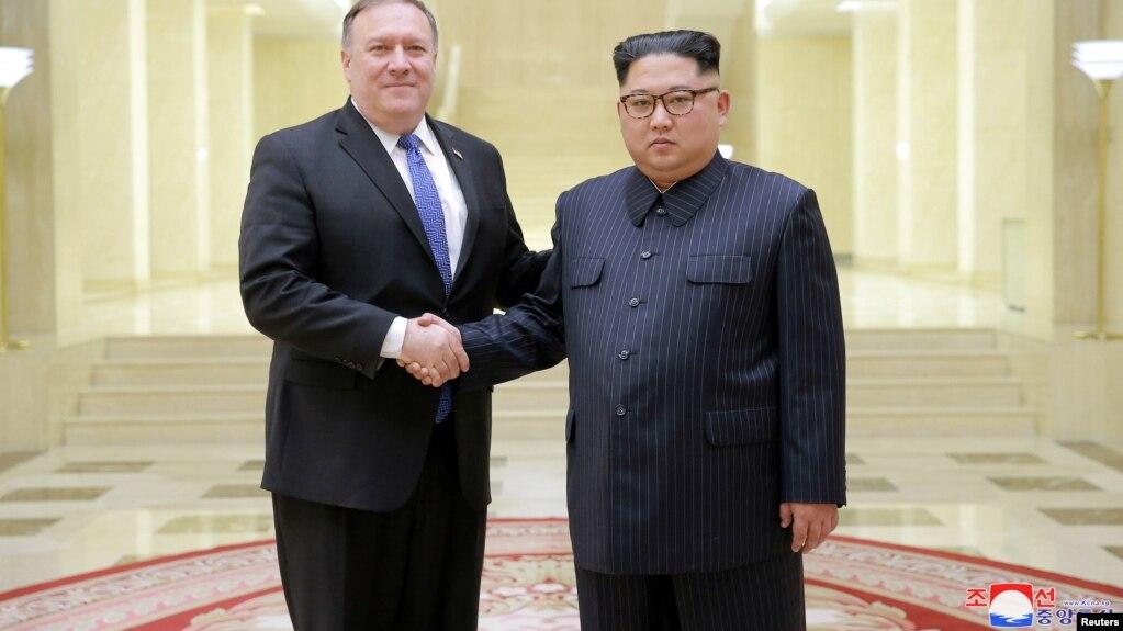 Le dirigeant nord-coréen Kim Jong Un et le secrétaire d'Etat américain Mike Pompeo dans une photo publiée le 9 mai 2018 par l'Agence de presse coréenne du nord (KCNA) à Pyongyang.