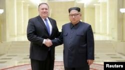 Rukovanje severnokorejskog lidera Kim Džong Una i američkog državnog sekretara Majka Pompea