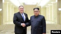 마이크 폼페오(왼쪽) 미 국무장관이 지난 5월 방북 당시 김정은 국무위원장과 악수하고 있다.