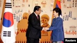 Chủ tịch nước Lào Choummaly Sayasone (trái) và Tổng thống Nam Triều Tiên Park Geun-hye