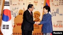 2014年11月22日老撾主席朱馬利訪問南韓與朴槿惠總統握手。