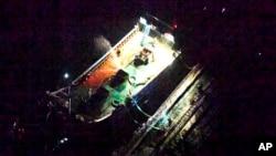 일본 외무성은 지난 19일 새벽 북한 선적 유조선 '지송(JI SONG) 6호'와 중국 국기로 보이는 깃발을 게양한 소형 선박이 동중국해 공해에서 가까이 접근해있는 사진을 공개했다.