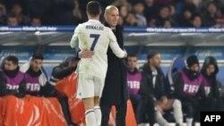 L'entraîneur Zinedine Zidane salue Cristiano Ronaldo à sa sortie, lors d'un match à Yokohama, le 18 décembre 2016.