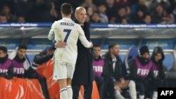 L'entraîneur Zinedine Zidane salut Cristiano Ronaldo à sa sortie, lors d'un match à Yokohama, le 18 décembre 2016.