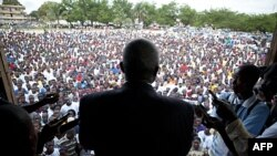 Опозиційний кандидат у президенти Вінстон Тубман звертається до своїх прихильників у місті Монровія в Ліберії.