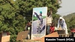 Des manifestants participent à la marche de Bamako, au Mali, le 15 décembre 2017. (VOA/Kassim Traoré)