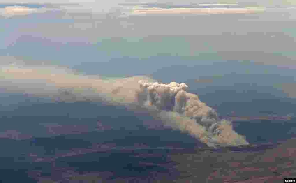 2013年1月8日澳大利亚坎贝拉以南大约100公里远靠近库玛的亚拉宾地区失控的从林之火冒起浓烟