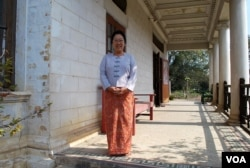 末代土司苏甲盛的侄媳妇芬在门口迎候客人,她和先生唐纳德已经守候这所老宅几十年了。(美国之音朱诺拍摄,2013年02月19日)