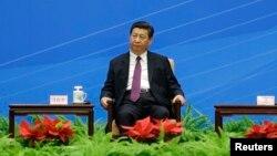 """2014年6月28日中國國家主席習近平在人民大會堂出席紀念""""和平共處五項原則""""60周年的會議。"""