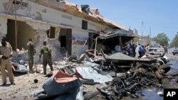 索马里军队在摩加迪沙清理汽车炸弹袭击现场(2017年4月5日)