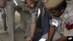 Cảnh sát Ấn Độ bắt giữ một người Tây Tạng lưu vong trong cuộc biểu tình phản đối chuyến thăm của Chủ tịch Trung Quốc Hồ Cẩm Đào bên ngoài khách sạn Oberoi ở New Delhi, Ấn Độ, ngày 28/3/2012