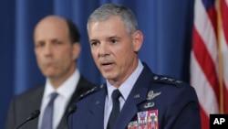 19일 주일미국대사관에서 기자회견 중인 살바토레 안제렐라 주일미군사령관(오른쪽)과 존 루스 주일미국대사.