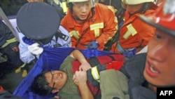 Nhân viên cứu hộ khiêng người bị thương ra khỏi hiện trường tai nạn xe điện ngầm ở ở Thượng Hải, ngày 27/9/2011