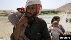 Seorang pria bersama istri dan anak-anaknya mengungsi dari wilayah konflik di kota Sinjar, Irak, melintasi perbatasan Irak-Suriah di Fishkhabour, provinsi Dohuk (Foto: dok).