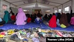"Anak-anak usia sekolah memadati tenda ""kelas darurat"" yang didirikan oleh Kemendikbud di lokasi pengungsian Petobo, Palu Selatan."