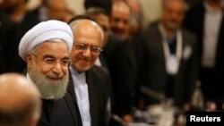 حسن روحانی در نشست مشترک با مقامات سیاسی و مدیران اقتصادی فرانسوی در هتلی در پاریس - ۷ بهمن ۱۳۹۴