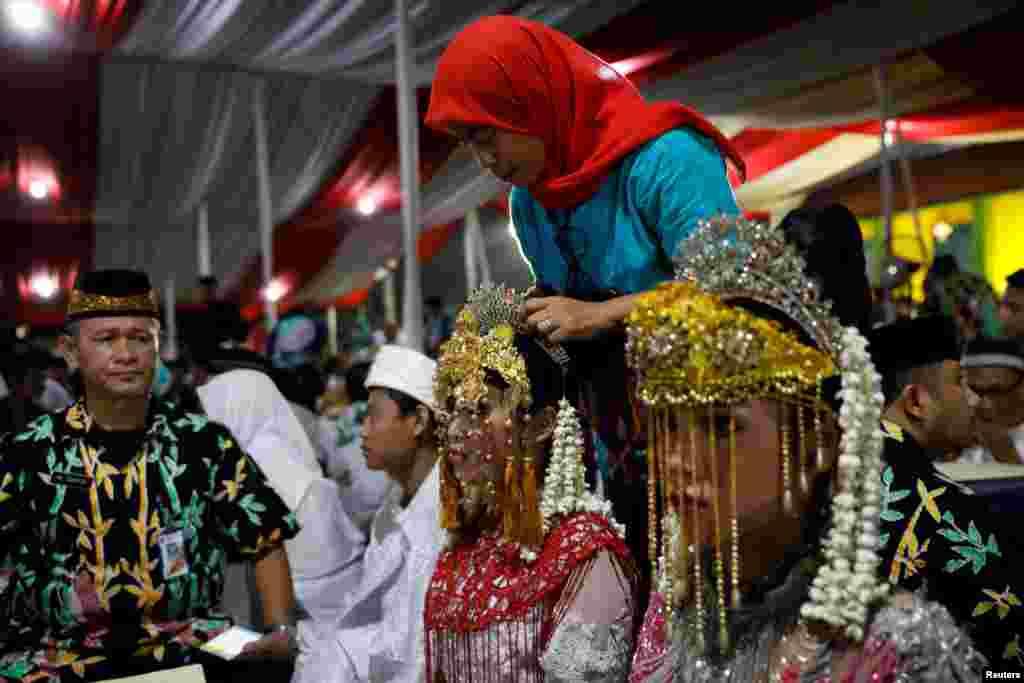 انڈونیشیا کے شہر جکارتہ کی شہری حکومت نے نئے سال کے موقع پر درجنوں جوڑوں کی اجتماعی شادی کا انتظام کیا۔