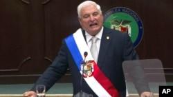 El presidente de Panamá, Ricardo Martinelli habla en el Congreso panameño, en enero. Ayer, opositores se tomaron el edificio para impedir la venta de acciones de las empresas mixtas en las que participa el Estado.