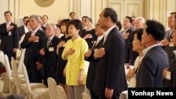 박근혜 한국 대통령이 14일 청와대 영빈관에서 열린 국가유공자 및 유족 초청 오찬 행사에서 국기에 대한 경례를 하고 있다.
