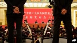 Tuo Zen, u centru pozadi, portparol 19. Nacionalnog kongresa Komunističke partije Kine govori tokom konferencije za štampu u Velikoj dvorani naroda u Pekingu, Kina, 17. oktobra 2017.