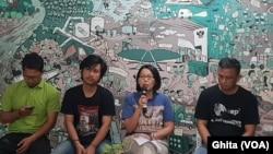 """Jajaran Pengurus Walhi dalam konferensi pers """"Rencana Penghapusan Amdal dan IMB"""" di kantornya, Jakarta, Senin, 25 November 2019. (Foto: VOA/Ghita)"""
