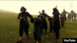 افغانستان میں داعش کے جنگجو مخالفین کو پکڑ کر لے جا رہے ہیں۔ فائل فوٹو