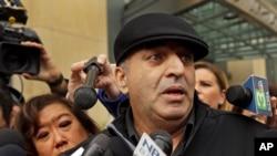 Al Salman, cậu của bà Noor Salman, trả lời báo chí.