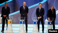 지난 6일 2014년 브라질 월드컵 조 추첨이 있었다. 왼쪽부터 영국, 이탈리아, 프랑스, 이탈리아 전직 축구선수들이 조를 뽑고 있다.
