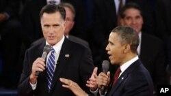နယူးေယာက္ၿမိဳ႕၊ Hofstra တကၠသိုလ္အတြင္း သမၼတေလာင္းႏွစ္ဦး စကားစစ္ထိုးစဥ္။ Romney (ဝဲ) ႏွင့္ Obama (ယာ) ေအာက္တိုဘာလ ၁၆ ရက္၊၂၀၁၂။