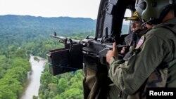 Soldados venezolanos realizan una patrulla aérea en busca de cultivos de droga cerca de la frontera con Colombia, en el estado de Zulia.