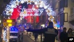 Hình ảnh trích từ video cho thấy nhân viên ứng cứu khẩn cấp đến hiện trường một khu chợ Giáng sinh ở Strasbourg, Pháp, ngày 11 tháng 12, 2018.