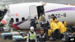 Nhân viên cứu hộ thu nhặt các hành lý của hành khách trên chuyến bay lâm nạn, ngày 5/2/2015.