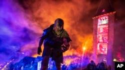 Un actor se encuentra en una pared del castillo medieval de Frankenstein, a unos 35 kilómetros (22 millas) al sur de Frankfurt, Alemania, el sábado 26 de octubre de 2019.
