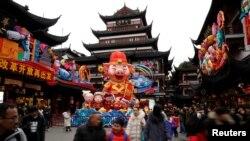 上海豫园人们喜庆猪年(2019年1月31日路透社)