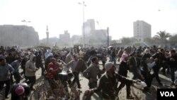 Bentrokan terus berlanjut antara para demonstran pro-dan anti-pemerintah di Kairo, yang berlanjut Kamis pagi (2/3).