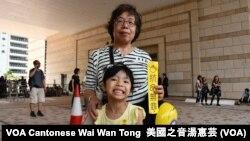 香港市民梁女士帶同外孫女到法庭支持佔中九子 (攝影﹕美國之音湯惠芸)