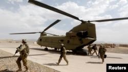 امریکی فوجی افغان صوبے ارزگان میں چنوک ہیلی کاپٹر سے اتر رہے ہیں۔ جولائی 2017