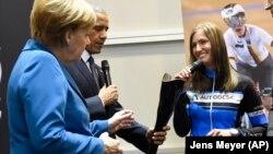 Američki predsednik Barak Obama i nemačka kancelarka Angela Merkel sa protezom nemačke biciklistkinje Denize Šindler, na sajmu u Hanoveru