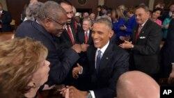 바락 오바마 미국 대통령이 20일 워싱턴 의회 상하원 합동 회의에서 새해 국정연설을 하기 위해 입장하면서, 의원들과 인사를 나누고 있다.