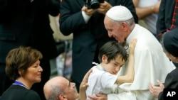 Le pape François embrasse un enfant lors d'une audience spéciale avec les personnes handicapées dans la salle Paul VI au Vatican, 11 juin 2016. (AP Photo / Fabio Frustaci)