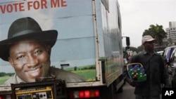 Pasta na Goodluck Jonathan a jikin wata babbar mota a Najeriya