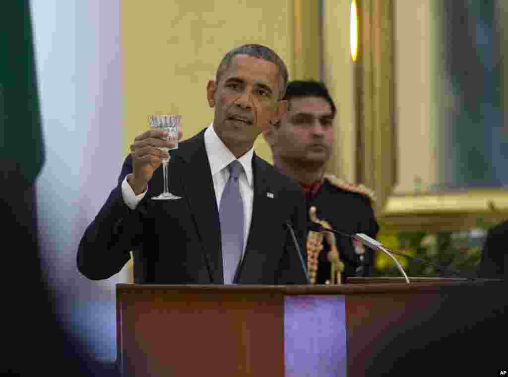President Barack Obama makes a toast druing a State Dinner hosted by Indian President Pranab Mukherjee at the Rashtrapati Bhavan, the presidential palace, in New Delhi, Jan. 25, 2015.