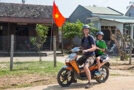 Hai bố con ông Tim Rivenbark thuê xe máy ở Hội An