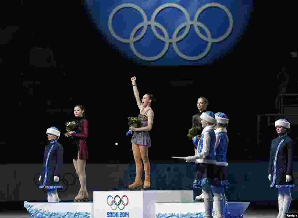 20일 열린 러시아 소치 동계올림픽 여자 피겨스케이팅 시상식에서 은메달을 딴 한국 김연아 선수(왼쪽부터)와 금메달의 러시아 아델리나 소트니코바, 동메달의 이탈리아 캐롤리나 코스트너 선수가 나란히 서있다.