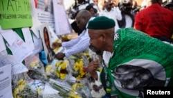 Dân chúng đặt hoa, cùng với những lời chúc lành trước cửa bệnh viện, nơi cựu tổng thống Nelson Mandela đang được chữa trị