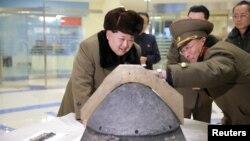 Pemimpin Korea Utara, Kim Jong Un (kiri) mengamati hulu ledak roket usai uji coba misil Korea Utara 15 Maret lalu (foto: dok).