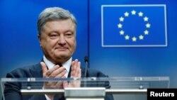 페트로 포로셴코 우크라이나 대통령이 24일 벨기에 브뤼셀에서 열린 유럽연합(EU)과의 정상회의 직후 기자회견을 진행하고 있다.
